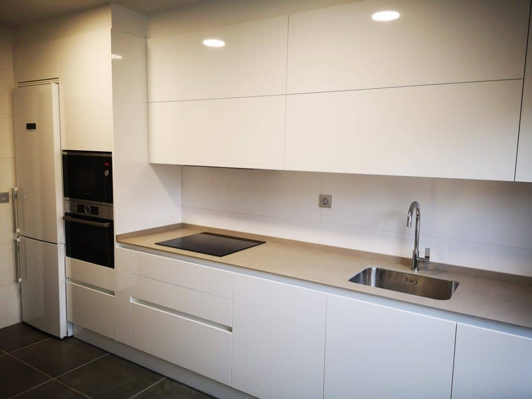 Cocina con puertas en blanco brillo
