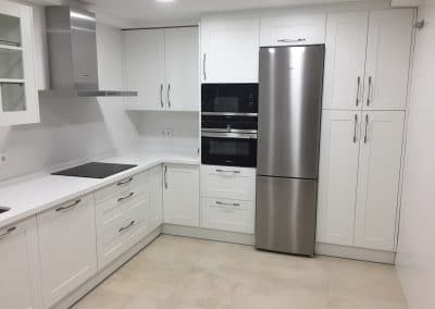 Cocina blanca enmarcada