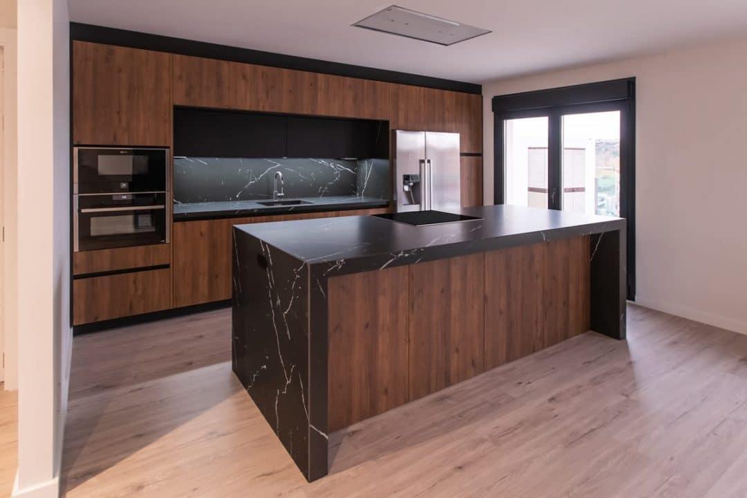Cocina moderna en Roble y Negro con encimera Neolith